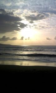El sol es la principal fuente de energías renovables en Canarias. En la imagen, un atardecer en la playa de Las Canteras, en Las Palmas de Gran Canaria.